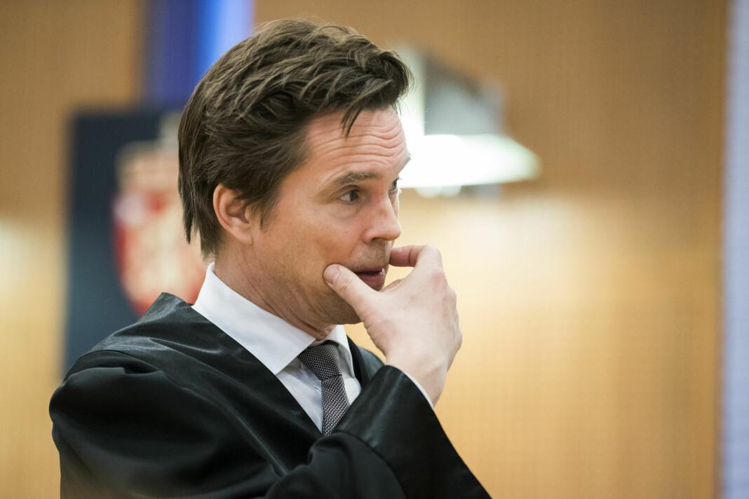 Advokat Marius Dietrichson som leder Forsvarergruppen, reagerer på hvordan mediene omtaler drapssiktede Tom Hagen.