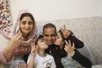 Associated Press-fotograf Mukhtar Khan feirer med familien etter at han vant Pulitzer-pris mandag.