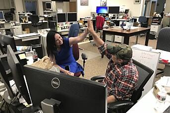 Anchorage Daily News-reporter Kyle Hopkins får nyheten om at avisen har vunnet en Pulitzer-pris. Her sammen med sin kone Rebecca Palsha.
