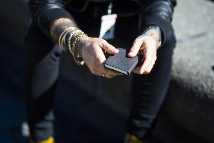 Gordon Andersen med notatblokk i hendene. En større har han alltid i baklomma. Foto: Kristine Lindebø