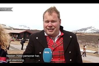 I sludd, null grader, med gjennomvåt bunad og håret til værs rapporterte Pål Plassen fra 17. mai på Dovrefjell