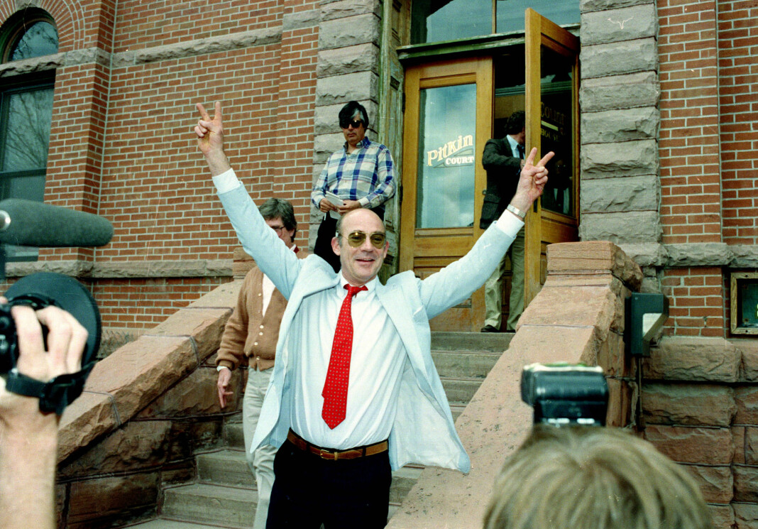 Hunter S. Thompson på vei ut av retten 22. mai 1990. Han var siktet for blant annet besittelse av narkotika og sprengstoff.