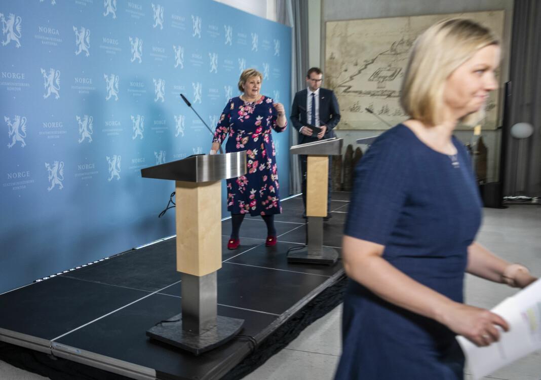 Pressekonferanse med regjeringen: På bildet statsminister Erna Solberg (midten), barne- og familieminister Kjell Ingolf Ropstad (bak) og kunnskaps- og integreringsminister Guri Melby.
