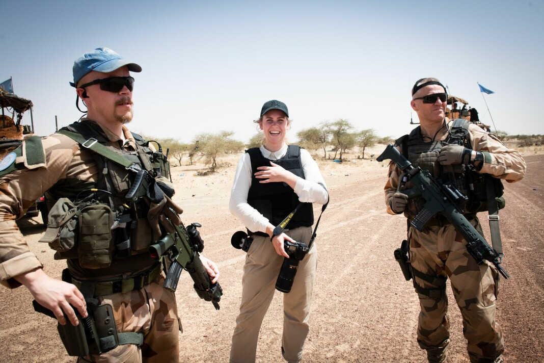 Forsvarets forum-journalist Silje Kampsæter, her fra fotpatrulje i Timbuktu sentrum med svenske soldater, som i fjor hadde et etterretningsbidrag for FN i Timbuktu, Mali.