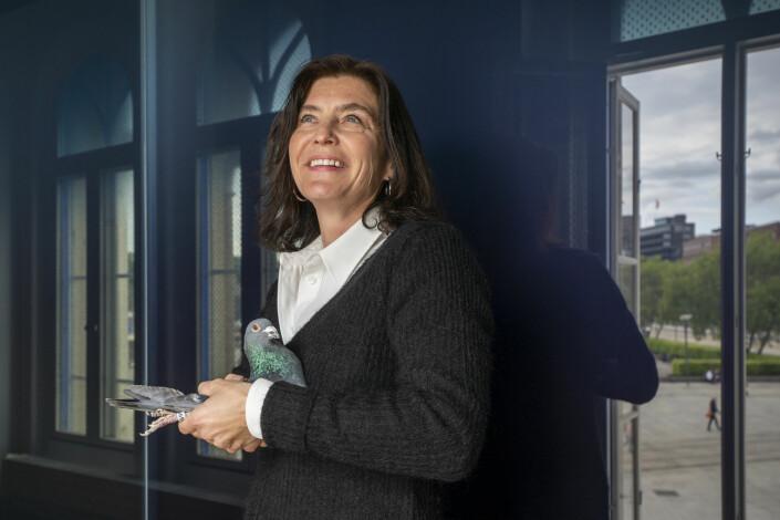 For å sette søkelys på pressefrihet slapp Kjersti Løken Stavrum en fredsdue fra vinduene på Nobels Fredssenter fredag.