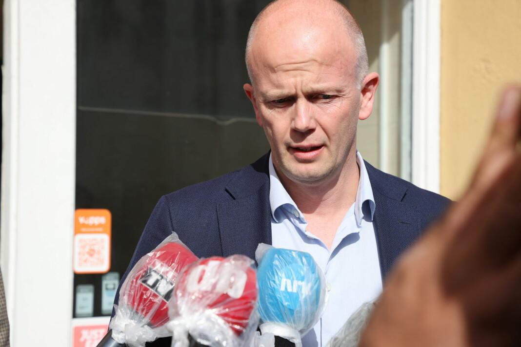 Advokat Svein Holden ber VG slette Anne-Elisabeth Hagens navn fra en oversikt over partnerdrepte.
