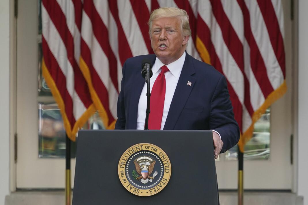 President Donald Trump truer med å stenge sosiale medier som Twitter.