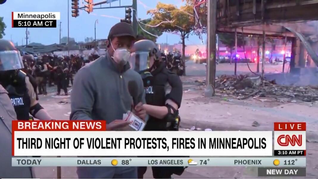 Her blir CNN-reporter Omar Jimenez pågrepet av politiet.