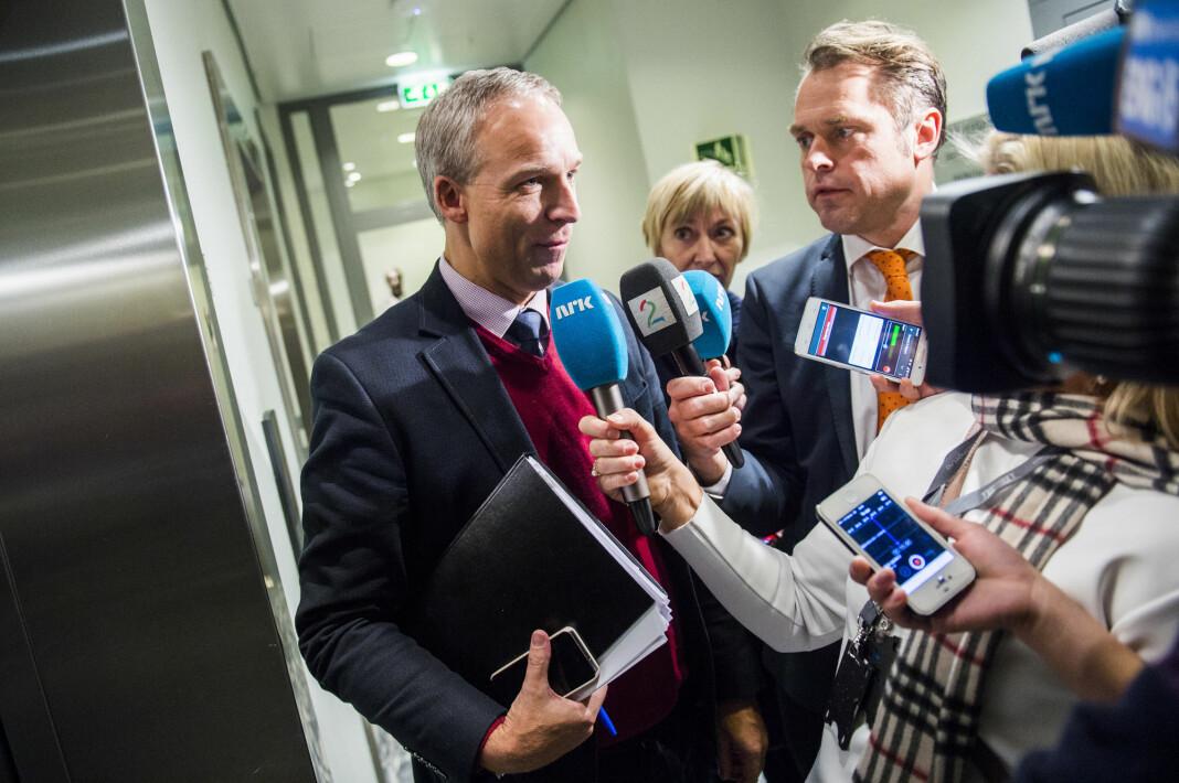 TV 2-reporter Kjetil Løset (med oransje slips) intervjuer KrFs Hans Olav Syversen under budsjettforhandlinger på Stortinget i 2015.