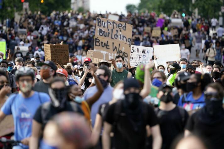 Demonstranter i Washingtons gater fredag.