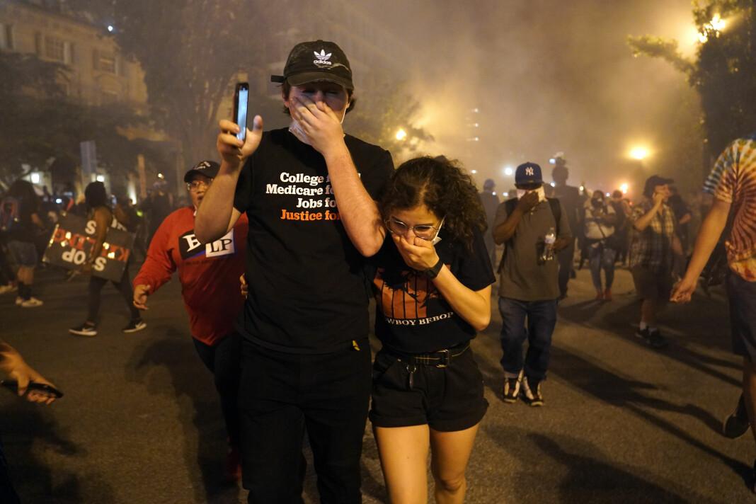 Det var kaotiske tilstander utenfor Det hvite hus lørdag kveld, der nasjonalgarden var satt inn mot demonstranter.