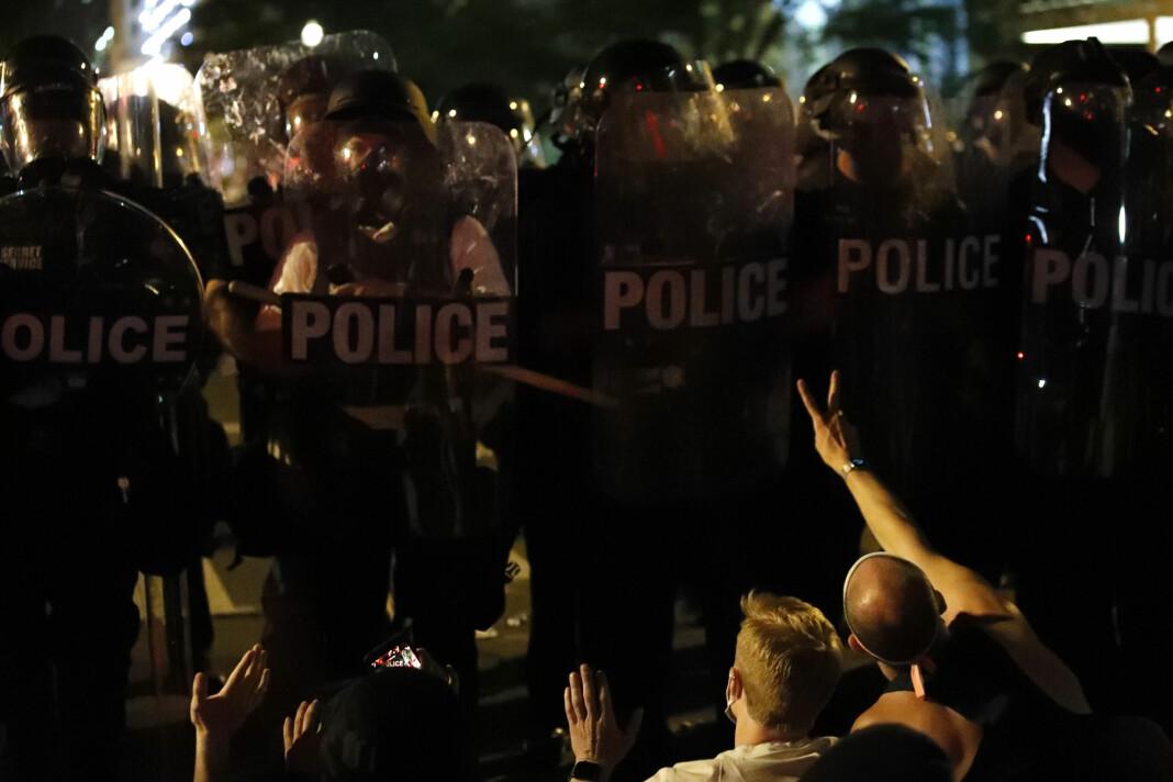 Journalister har blitt angrepet av demonstranter og politi i forbindelse med opptøyene i flere amerikanske byer.