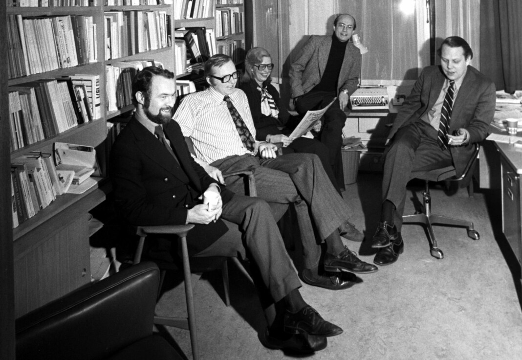 Dagbladets politiske redaksjon i 1974. Fra venstre Per Vassbotn, Arne Finborud, Gerd Benneche, Gudleiv Forr og Arve Solstad. Ifølge bildeteksten har de fått anerkjennelse for saklighet og redelighet med sin spesielle journalistikk. Bildet har som vanlig ingenting med sakene å gjøre. Vi beklager.
