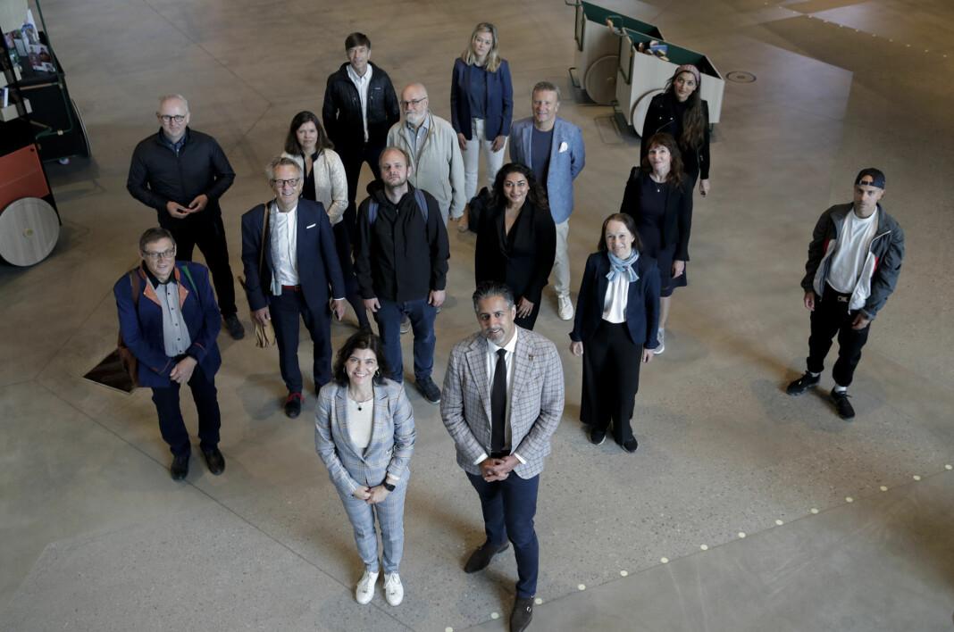 Ytringsfrihetskommisjonens første møte på nye Deichman Bjørvika. Kommisjonens leder Kjersti Løken Stavrum og kultur- og likestillingsminister Abid Q. Raja (V) står foran.