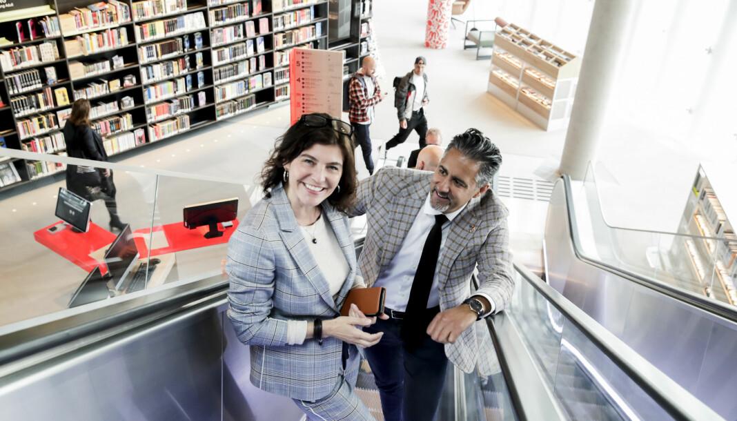Ytringsfrihetskommisjonens første møte på nye Deichmanske bibliotek i Oslo. Kommisjonens leder Kjersti Løken Stavrum i rulletrappa sammen med kultur- og likestillingsminister Abid Q. Raja (V) på vei til det første møtet.