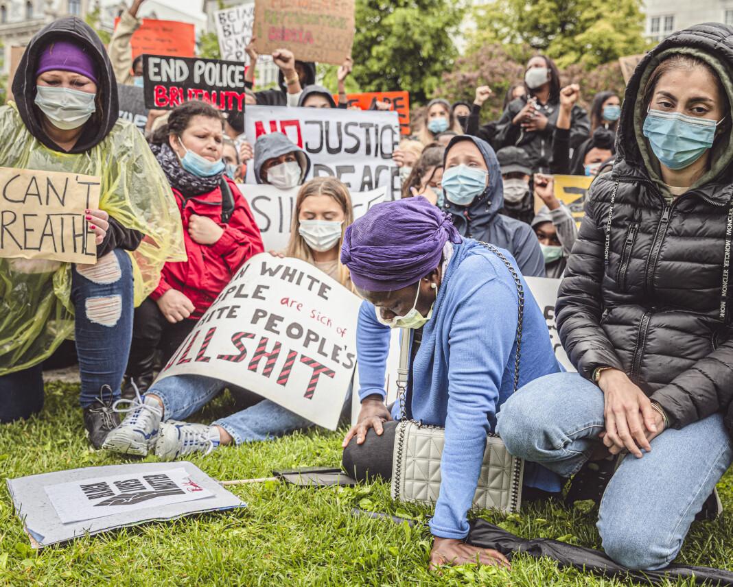 Demonstrantene holdt 8 minutter og 46 sekunders stillhet for George Floyd, som ble drept av politiet i USA. Det var like lenge som han ble holdt nede før han døde. Fotograf Krister Sørbø ville fange stemninga blant massene.
