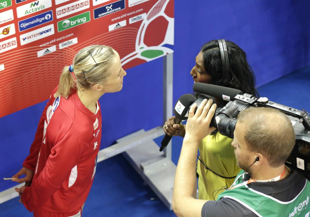 Siri Nilminie Avlesen-Østlie intervjuer Heidi Løke under håndball-EM Spania i 2014.