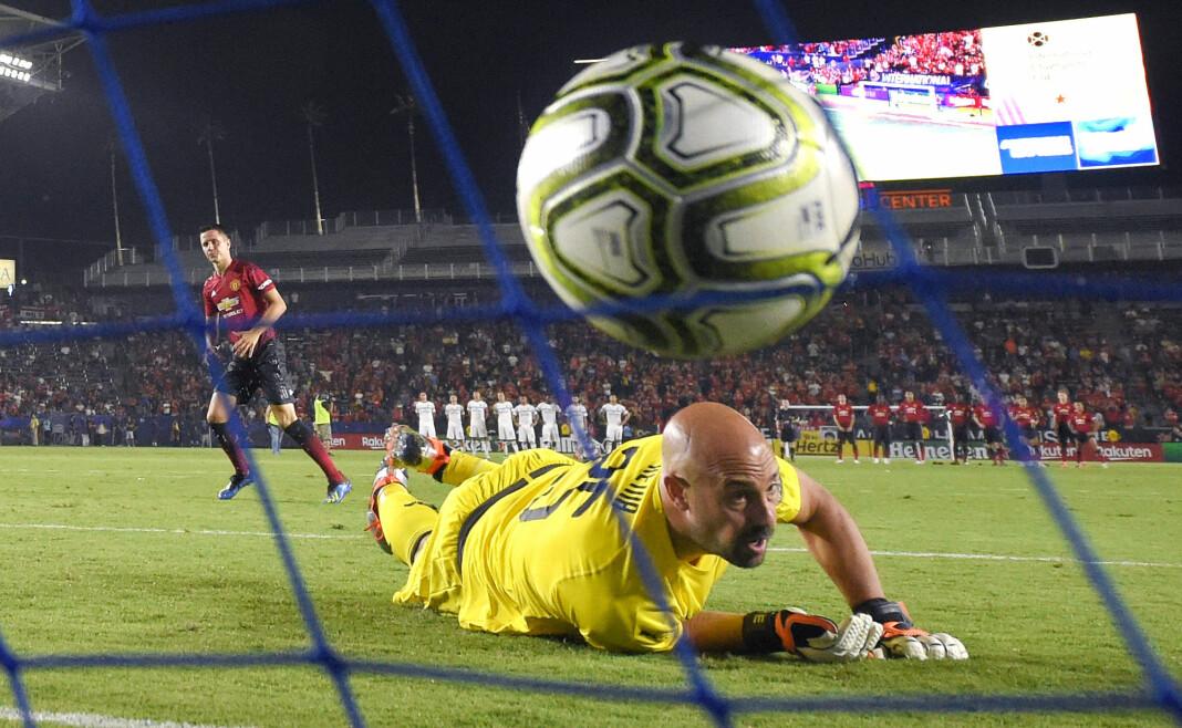 AC Milan-keeper Pepe Reina klarer ikke å stoppe skuddet fra Manchester Uniteds Ander Herrera i 2018. Hva følte han da?