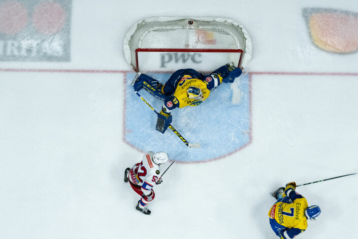 Storhamarkeeper Luka Gracnar med en redning under eliteseriekampen i ishockey mellom Storhamar og Vålerenga.