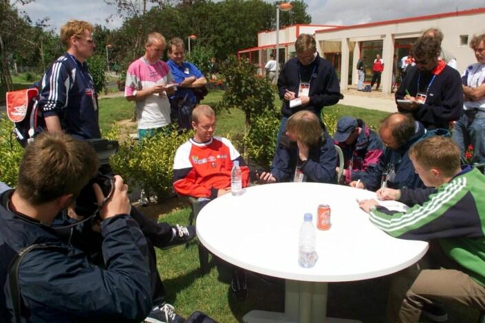 En lite snakkesalig Henning Berg omgitt av norske journalister etter sitt barbesøk med Erik Mykland.
