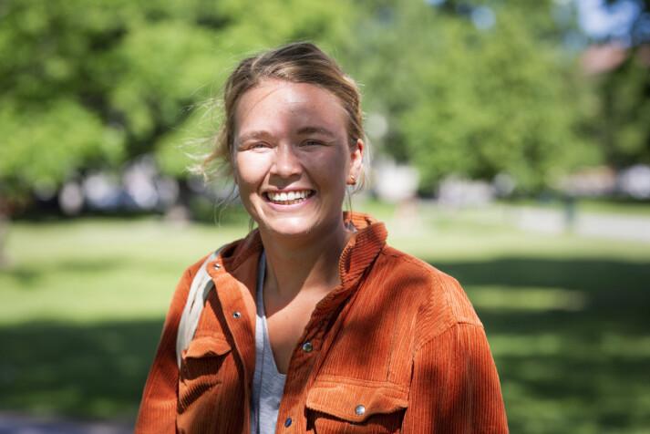 – Hele livet blir litt midlertidig, sier Vida Lill Berge om å jobbe på kortvarige kontrakter i NRK. Hun håper NRK vil behandle vikarer og midlertidige bedre i framtida.
