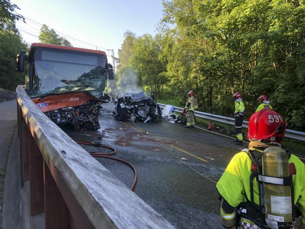 Ingen personer mistet livet i en frontkollisjon mellom en buss og en bil i Bergen tirsdag morgen. Politiet meldte feilaktig at en mann døde i ulykken.