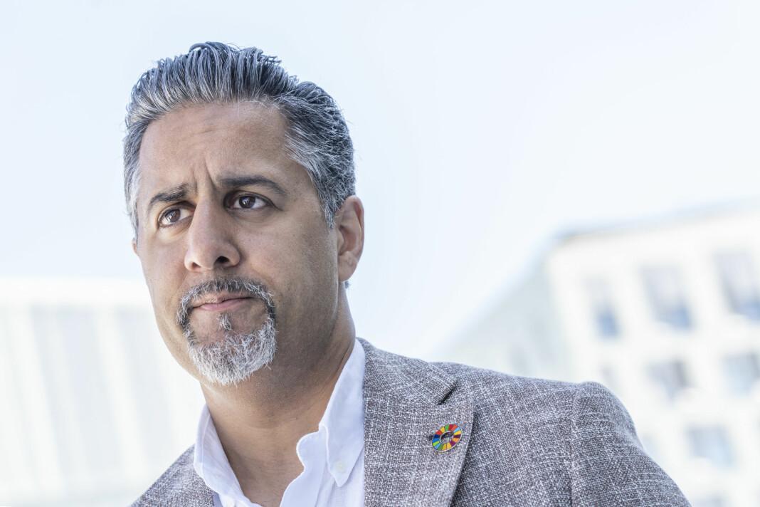 Kultur- og likestillingsminister Abid Raja vil ikke blande seg inn i den pågående konflikten mellom TV 2 og Telia.