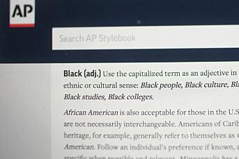 Nyhetsbyrå skriver «Black» for å skille mennesker fra fargen