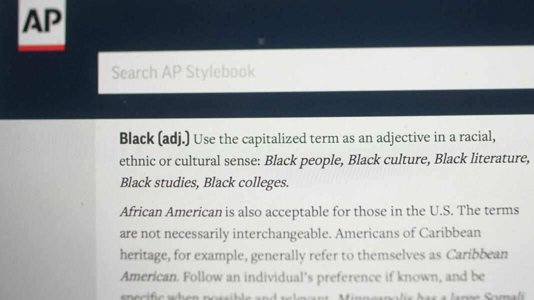 Det amerikanske nyhetsbyrået AP går over til å skrive Black (svart) med stor B når de skriver om mennesker og ikke fargen.