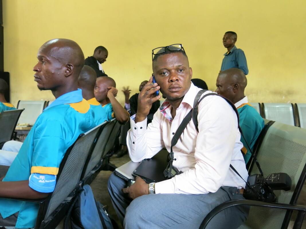 John Bompengo fotografert i rettssalen da Joshua French sto tiltalt for å ha drept Tjostolv Moland i Ndolo-fengselet i Kinshasa i 2013.