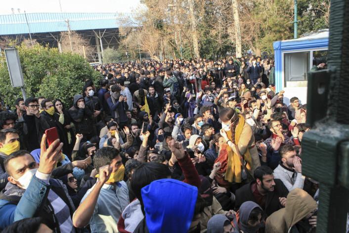 Studenter protesterer inne på Teheran universitet i desember 2017.