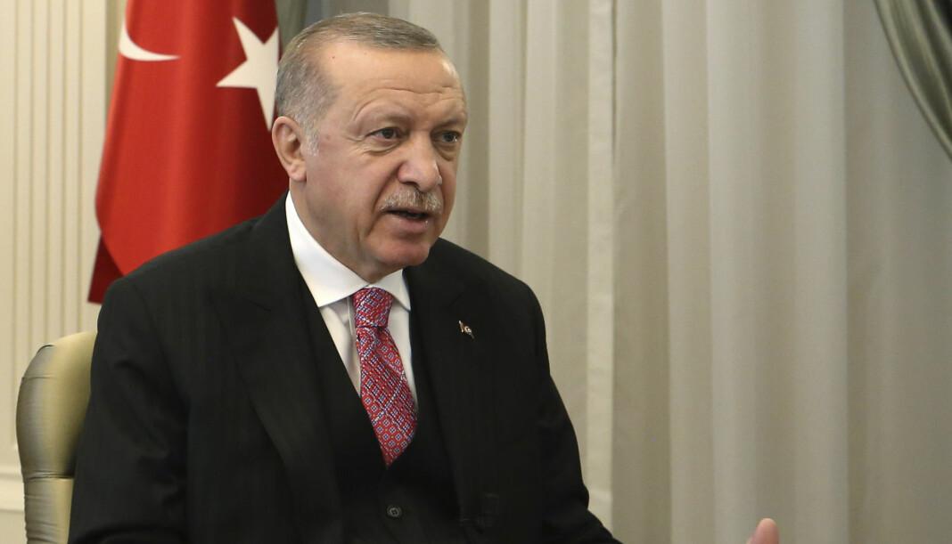 Tyrkias president Recep Tayyip Erdogan sier han vil skjerpe myndighetenes kontroll over sosiale medier etter at flere brukere har tvitret fornærmende meldinger om hans familie.