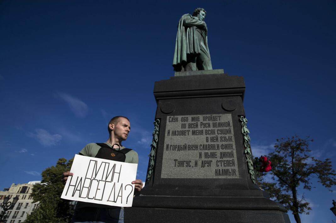 EU har bedt Russland om å etterforske anklager om valgfusk. Her en demonstrant under folkeavstemningen i Moskva med en plakat der det står «Putin for alltid?»