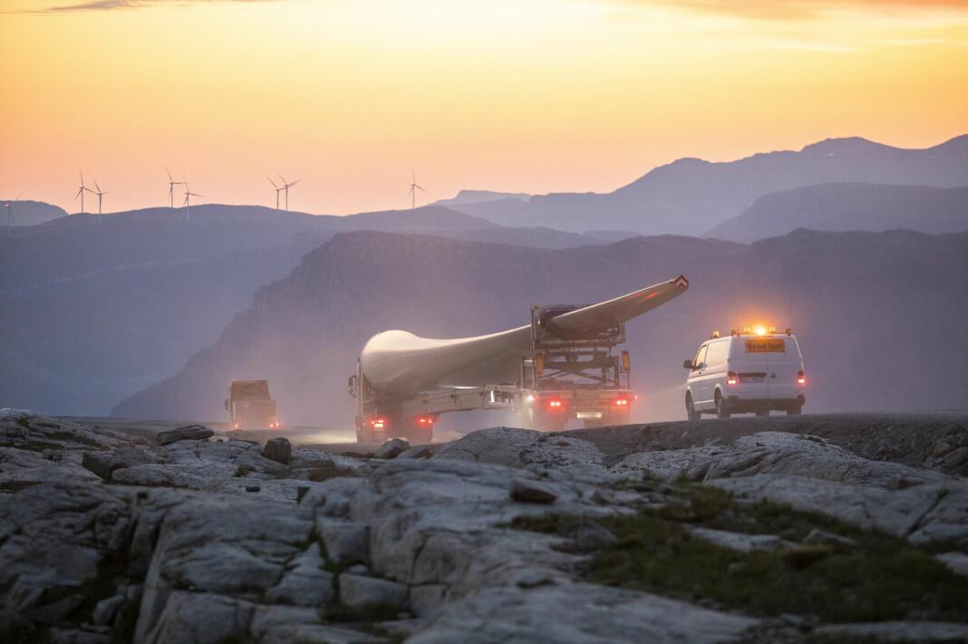 En 70 meter lang vinge på vei opp til Guleslettene vindpark like ved Florø.