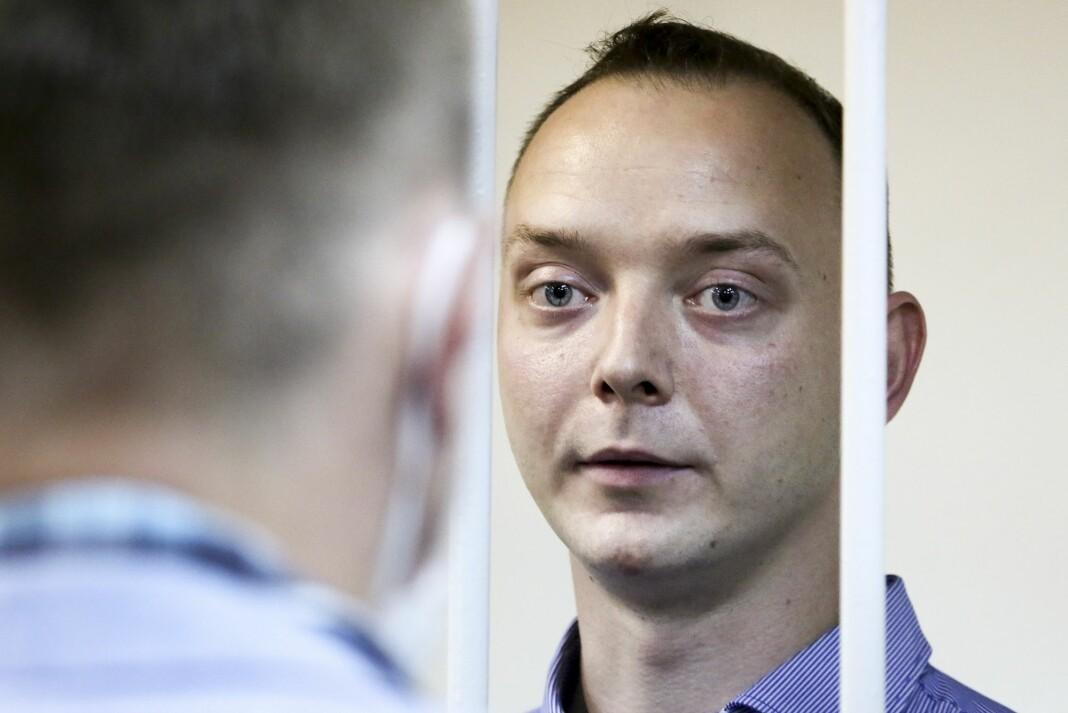 Ivan Safronov må sitte bak lås og slå de neste to månedene mens saken mot ham etterforskes. 30-åringen er siktet for spionasje og forræderi i Russland.