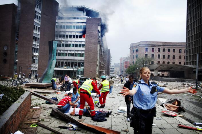 Flere er skadde eller døde etter eksplosjonen ved regjeringskvartalet. Politi, ambulansepersonell og brannvesen prøver å få situasjonen under kontroll.