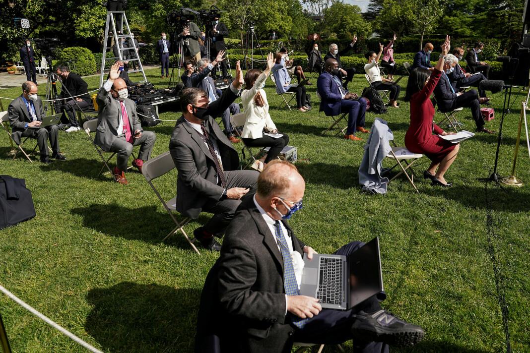 Journalister holder avstand på en pressekonferanse om koronautbruddet, i rosehagen til Det hvite hus i Washington, USA, i mai 2020.
