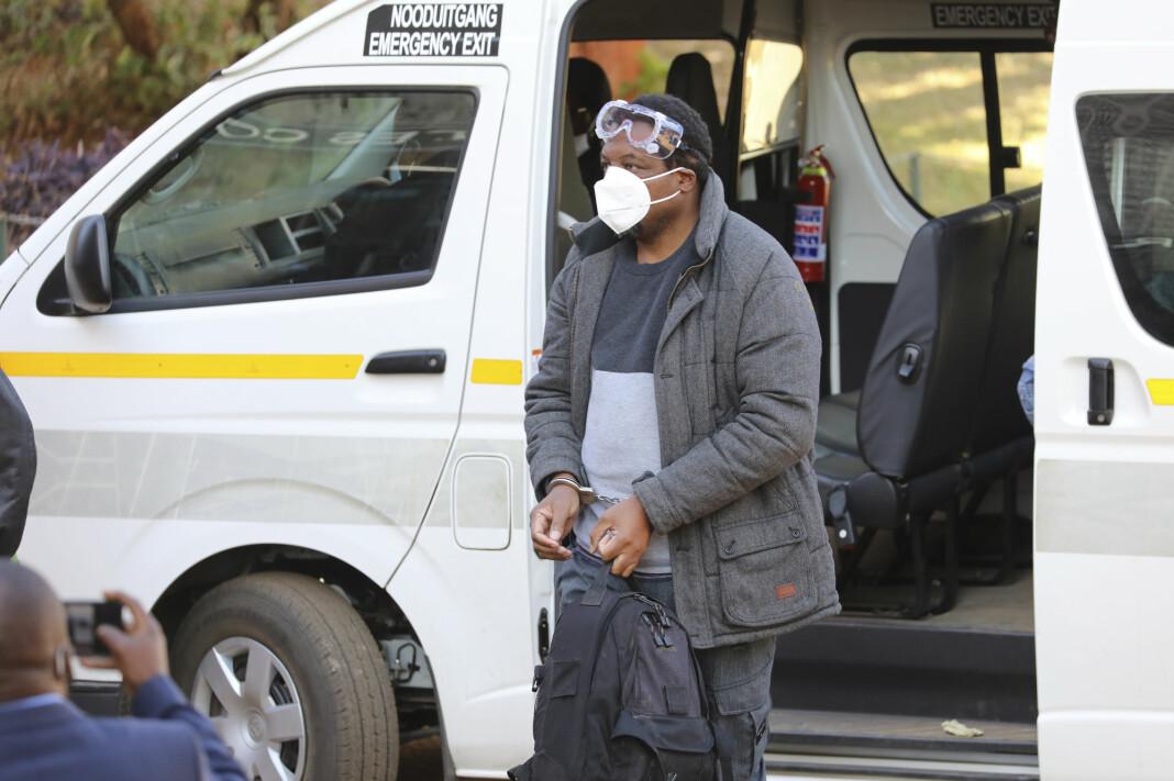 Den regimekritiske journalisten Hopewell Chin'ono på vei inn i retten i dag.
