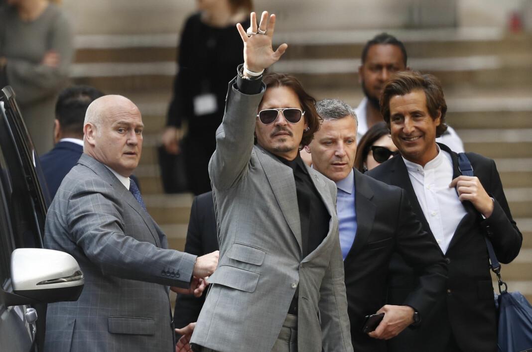 Johnny Depp vinker etter siste dag i retten i London tirsdag.