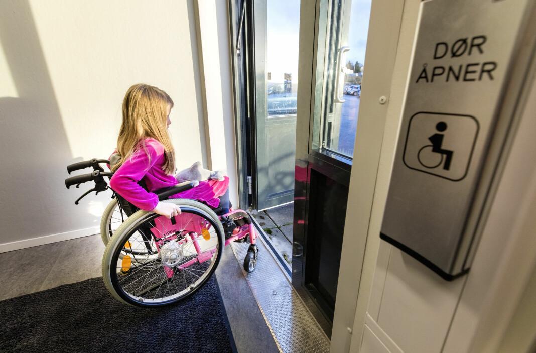 Rullestolbruker reagerer: «Hei NRK! Her kommer en liten skjerpingsbeskjed. Det er ingen funksjonshemmede som sitter i rullestol som er lenket til den.»