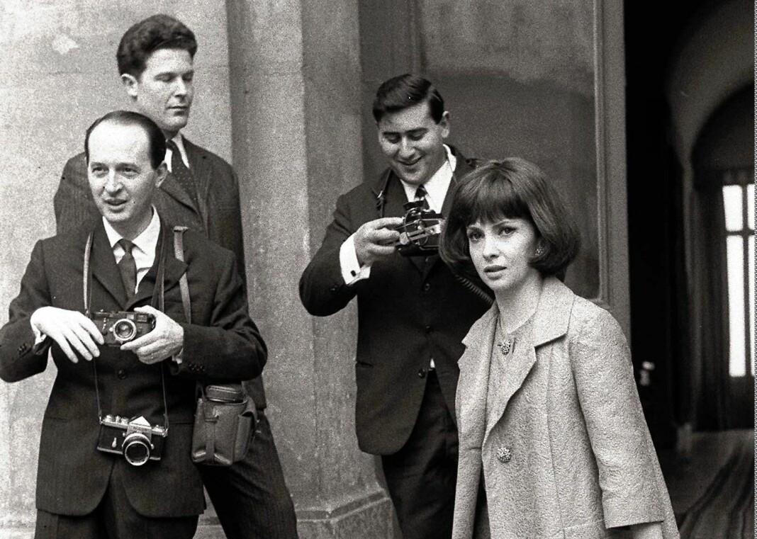 Regissør Federico Fellini brukte visstnok Tazio Secchiaroli (til venstre) som inspirasjonskilde for «paparazzo»-fotografen i filmen La Dolce Vita. Til høyre skuespiller Gina Lollobrigida. Bildet er fra 1964.