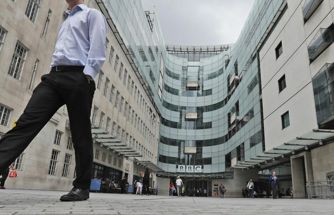 Dagen etter at BBC-radioverten Sideman sa opp i protest, beklager kringkasteren beslutningen om å gjengi et rasistisk ord i en nyhetsrapport.