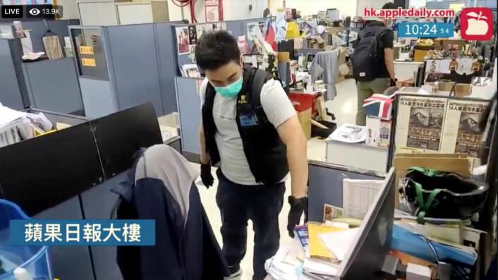 Politiet gjennomsøker redaksjonslokalene til Apple Daily, tabloidavisen som eies av Jimmy Lai.