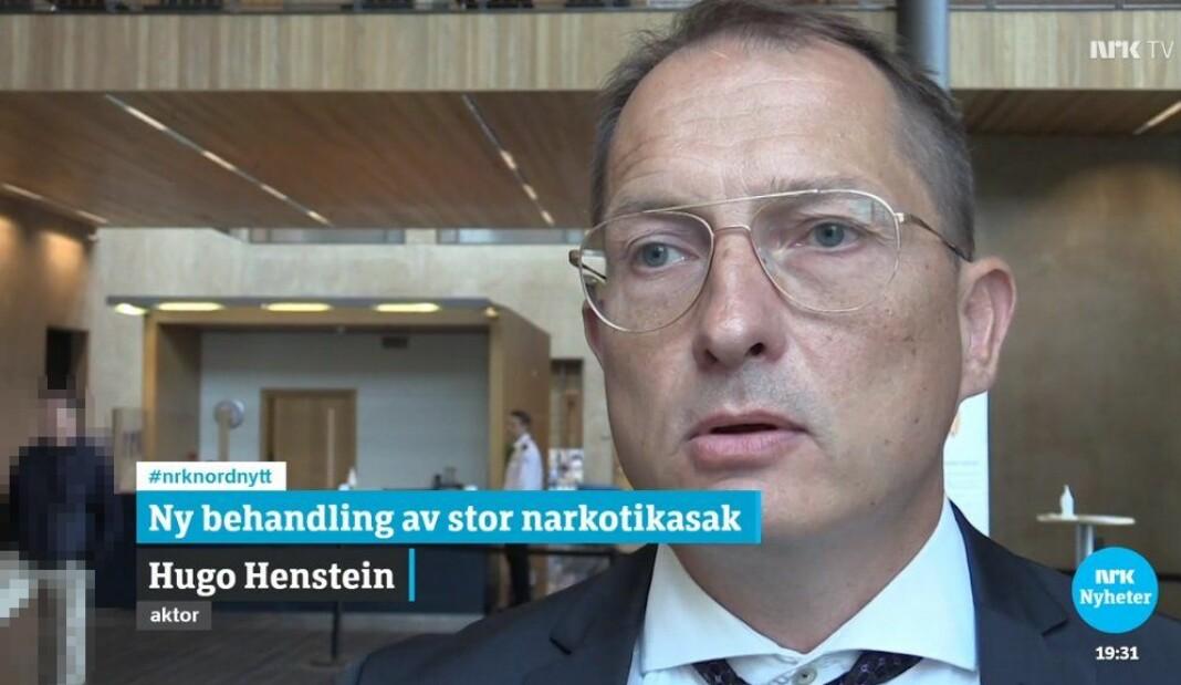 Til venstre i bakgrunnen står tiltalte. Da NRK viste bildene første gang, var vedkommende ikke sladdet.
