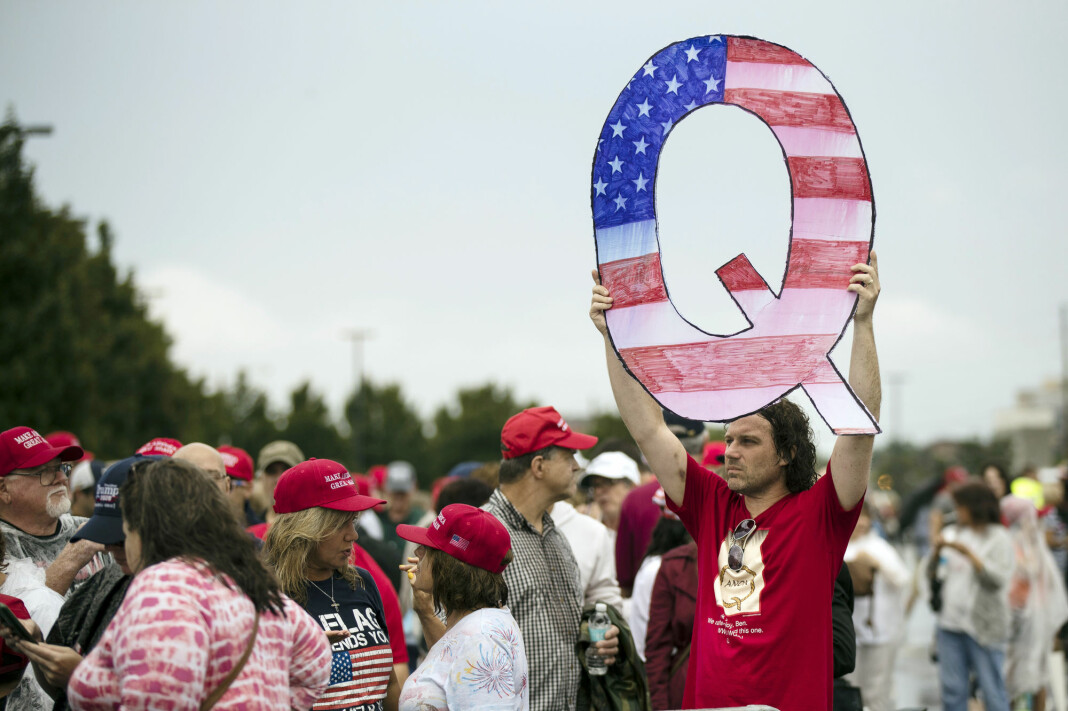 Mann med QAnon-plakat på et valgkampmøte for Donald Trump. Bildet er fra 2018.