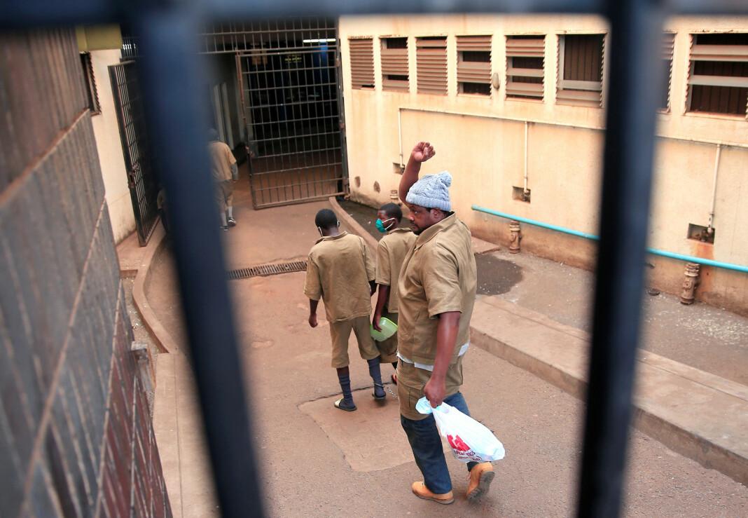 Hopewell Chin'ono ankommer rettssalen i Harare 7. august i år.