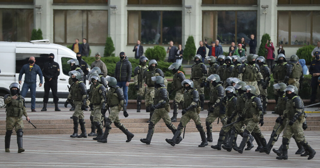 Hviterussisk opprørspoliti stilte mannssterkt på Uavhengighetsplassen i Minsk torsdag kveld.