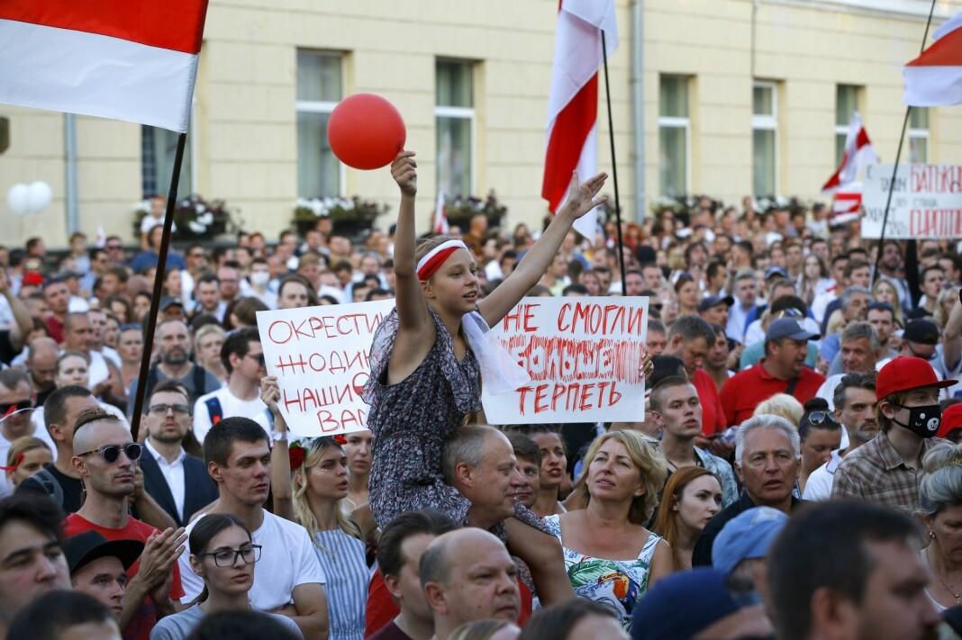 Bildet er fra en av mange demonstrasjoner i Minsk de siste ukene. Bildet ble tatt mandag 17. august. Nå forsøker regimet å kvitte seg med pressedekningen av protestene.