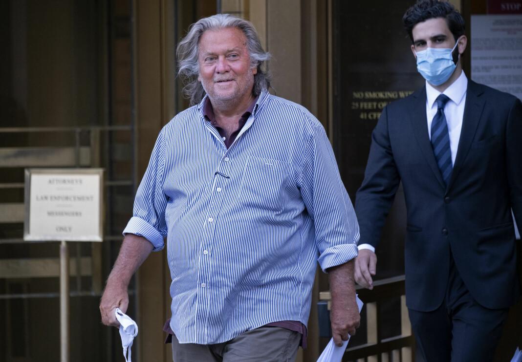 Steve Bannon på vei ut fra et rettslokale i New York 20. august, da han ble løslatt mot kausjon. Rettssaken mot den svindelsiktede Bannon starter neste vår.