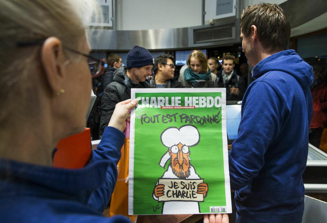 Det var lang kø for å få tak i ett av de 200 eksemplarene av Charlie Hebdo som ble solgt i Norge uken etter angrepet. Tegningen viser profeten Muhammed med en plakat og slagordet «Je suis Charlie» (Jeg er Charlie). Overskriften lyder «Alt er tilgitt».